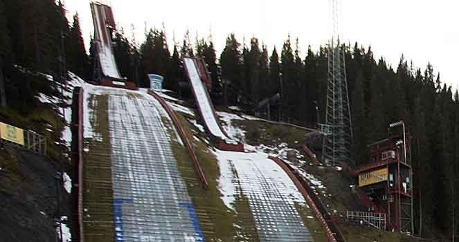 SNØFATTIG: For å unngår at skiannlegget i Granåsen ser sånn ut til langt ut på vinteren, begynte Trondheim kommune å lagre snø over sommeren. Dette snølageret må nå ha ekstra vakthold gjennom russetida.