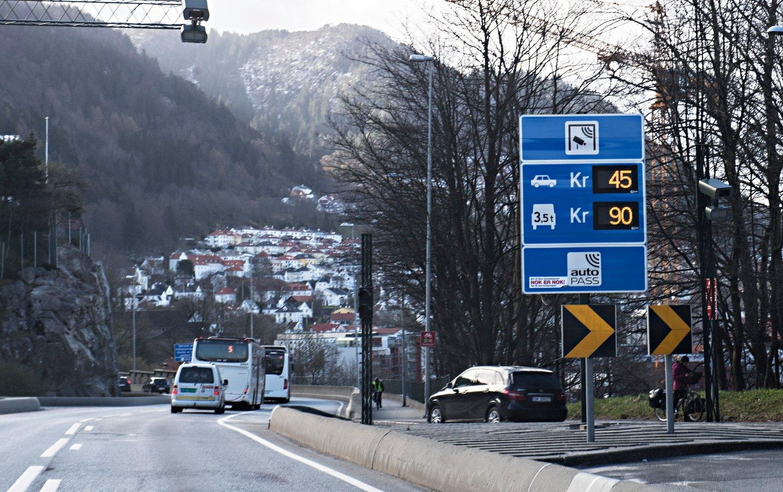 Byrådet i Bergen og fylkeskommunen er enige om å fjerne to og flytte en bomstasjon ved Åsane. Foto: Marit Hommedal / NTB scanpix