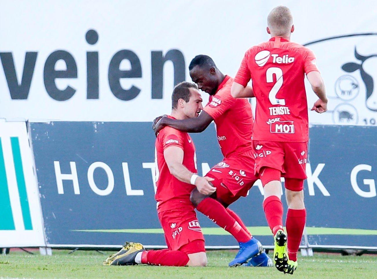 ENDELIG KOM MÅLET: Veton Berisha fikk endelig nettsus for Brann mot Stabæk på Nadderud. Gilbert Koomson og Taijo Teniste var ivrige gratulanter.