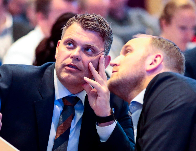 Justisminister Jøran Kallmyr (Frp), her sammen med samferdselsminister Jon Georg Dale, tar på seg statsstøtten til omstridte Human Rights Service i sitt budsjett. Foto: Lise Åserud / NTB scanpix.