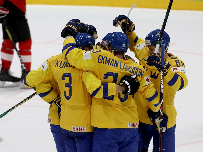 Sverige jublet for seier 4-3 da Sveits var motstander i ishockey-VM lørdag, i et revansjoppgjør for fjorårets finale. Kaptein Oliver Ekman-Larsson scoret vinnermålet. Foto: Ronald Zak, AP / NTB scanpix