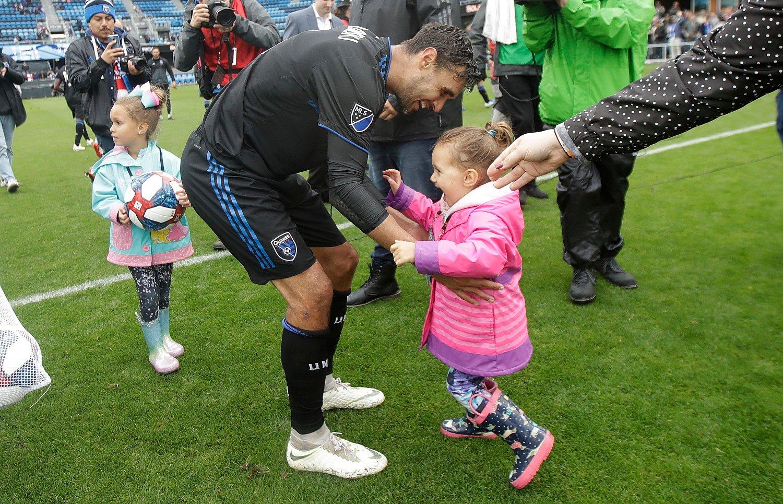 Chris Wondolowski feirer med døtrene etter å ha satt ny MLS-rekord for scoringer i karrieren med fire mål da San Jose Earthquakes slo Chicago Fire 4-1 lørdag. Foto: Jeff Chiu, AP / NTB scanpix