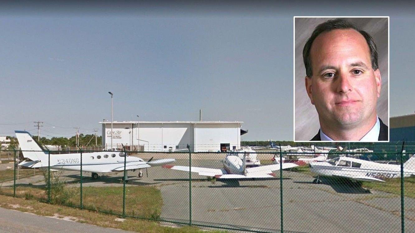 FLØY PÅ AUTOPILOT: Stephen Bradley Mell (53) satte småflyet sitt på autopilot på vei fra flyplassen på Cape Cod (bildet) til Somerset i New Jersey.