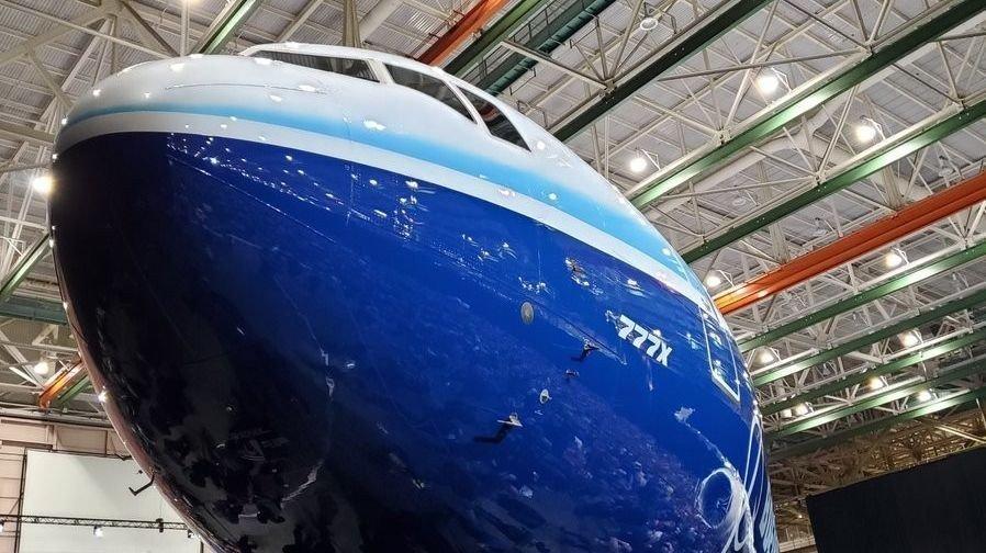 En fransk enke saksøker flyprodusenten Boeing for 2,4 milliarder kroner etter at ektemannen hennes døde da Ethiopian Airlines 737 MAX 8-fly styrtet i mars.