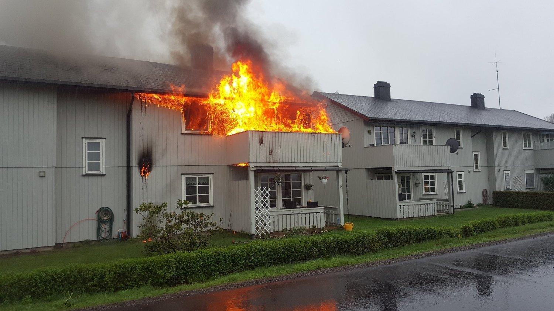 I BRANN: Firemannsboligen har spredningsfare til nabohuset fire meter unna.