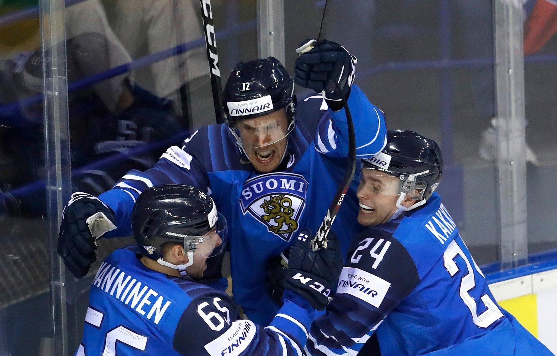Finsk jubel i VM-kvartfinalen mot Sverige torsdag. Et nederlagstippet finsk lag tok seg til semifinale med 5-4-seier etter forlengning. Foto: Petr David Josek, AP / NTB scanpix