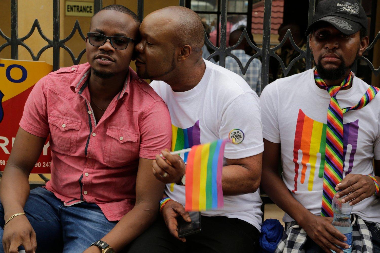 LHBT-aktivister ventet spent utenfor Milimani-domstolen i Nairobi i Kenya fredag. Foto: Khalil Senosi /AP / NTB scanpix