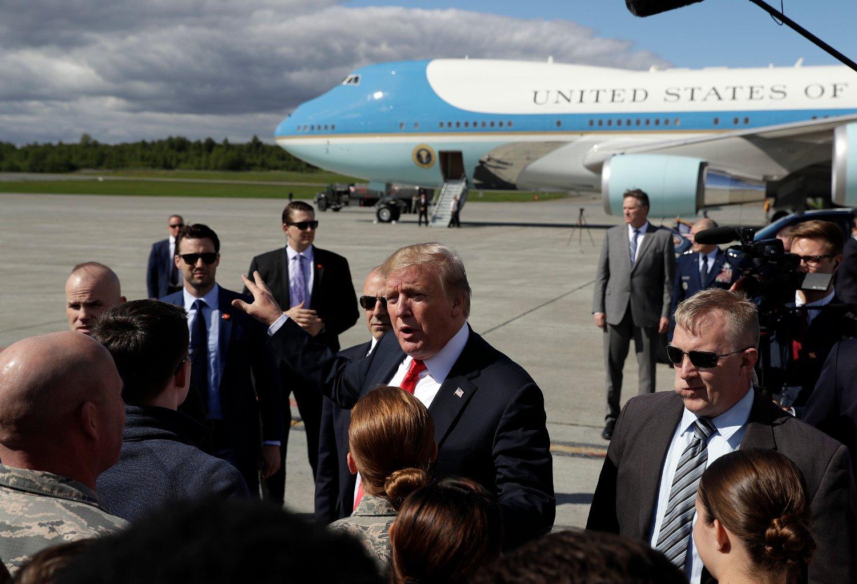 President Donald Trump hilser på amerikanske militære under en mellomlanding på Elmendorf-Richardson-basen i Alaska underveis til statsbesøk i Japan fredag Foto: Evan Vucci/ AP / NTB scanpix