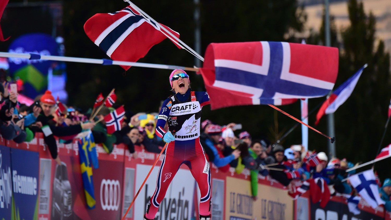 FØRST OPP MONSTERBAKKEN: Therese Johaug slo nummer to, Ingvild Flugstad Østberg, med to minutter og 20 sekunder under Tour de Ski i 2016. Johaug kunne dermed komfortabelt gå i mål med det norske flagget hevet over hodet. I fremtiden blir det imidlertid fellesstart på siste etappe i touren, og førstemann i mål blir ikke nødvendigvis vinneren sammenlagt.