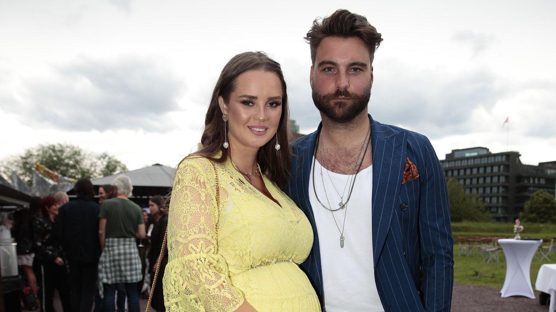 GRAVID: Martin Bjercke fra CLMD og Alexandra Backstrøm avslørte graviditet på den røde løperen.