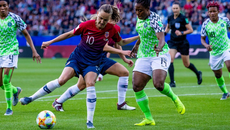 TEKNISK: Nigerias forsvarsspillere hadde til tider mer enn nok med å holde følge med fotarbeidet til Caroline Graham Hansen.