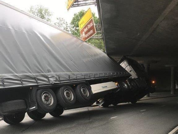 VOGNTOG HOLDER PÅ Å VELTE: Et utenlandsk vogntog kjørte seg fast under E18 i Bærum.