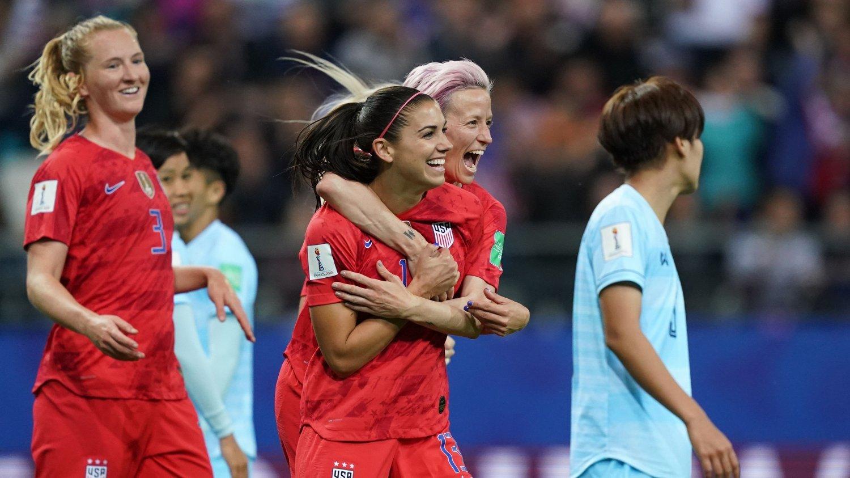 FEM: Alex Morgan (i midten) scoret fem ganger da USA smadret Thailand 13-0. Nå får de amerikanske kvinnene kritikk for overdreven feiring.
