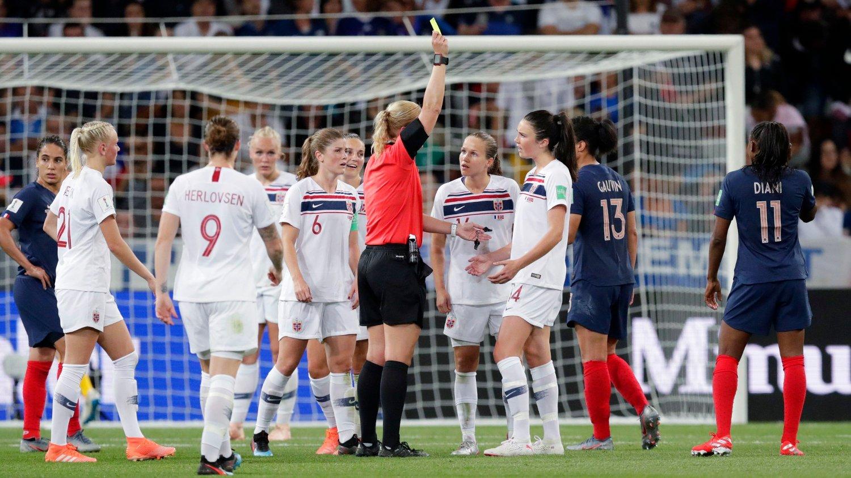 STRAFFE: Her får Ingrid Syrstad Engen gult kort for situasjonen som endte med 1-2-scoring mot Frankrike.