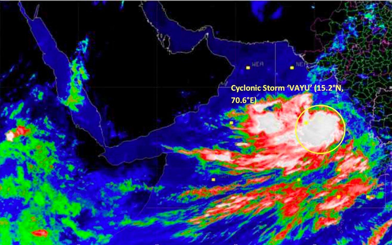 Satellittbilde fra India Meteorological Department (IMD) viser syklonen Vayu onsdag, da den fortsatt lå ute på havet. Den er ventet å treffe kysten av delstaten Gujarat torsdag ettermiddag. Foto: AP / NTB scanpix