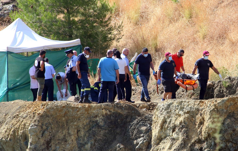 Politiet ved teltet der de gjør undersøkelser etter at dykkere hentet opp en koffert med det som skal være en savnet 6-åring, nær Xiliatos på kypros, onsdag. Hun er trolig det sjuende og foreløpig siste offeret til en seriedrapsmann som har tilstått og samarbeidet. Foto: Philippos Christou / AP / NTB scanpix