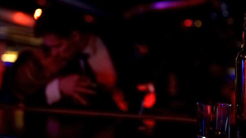 ONE NIGHT STAND: Det anslås at rundt 7 av 10 nordmenn har hatt et one night stand, men hvordan har vi det dagen derpå? Ifølge forskning er det flere kvinner enn menn som angrer på tilfeldig sex.