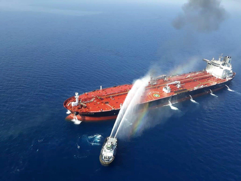 Et iransk marinefartøy slukker brann på et oljetankskip i Omanbukta torsdag. Foto: Tasnim News Agency / AP / NTB scanpix