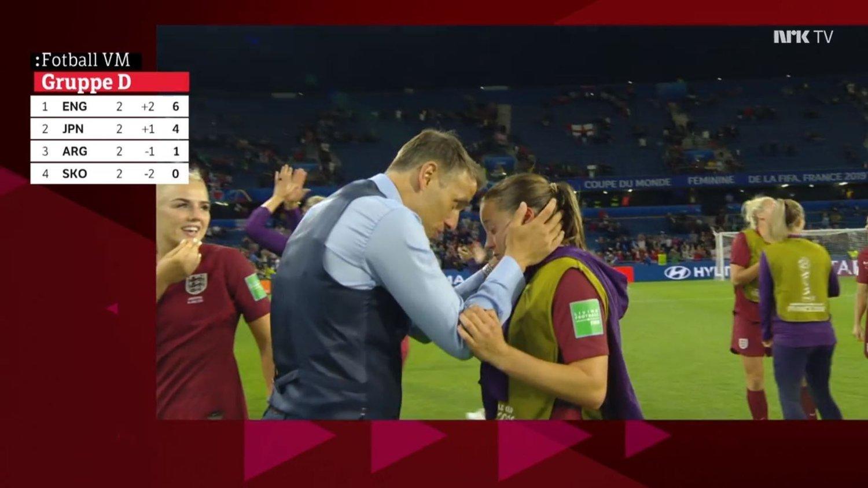 TRØSTES: Her blir Fran Kirby trøstet av Phil Neville etter seieren mot Argentina. Kampdatoen sammenfalt med bursdagen til Kirbys mor, som gikk bort for 11 år siden.