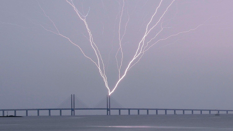 SPEKTAKULÆRT: Da lynet slo ned i Øresundsbroen lørdag ble det et spektakulært lynshow.
