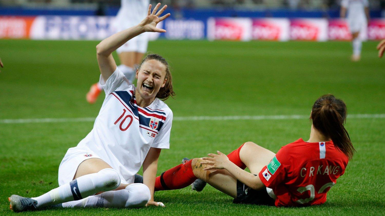 SKADET: Caroline Graham Hansen måtte forlate banen med skade da Norge sikret plass i åttedelsfinalen etter 2-1-seier mot Sør-Kora.