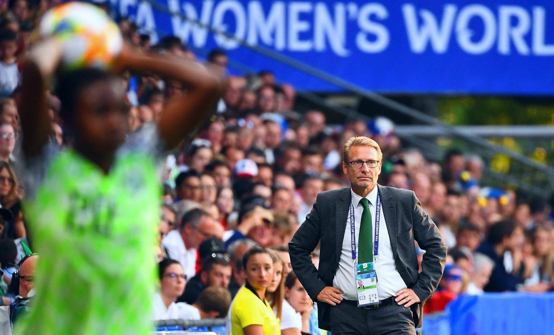 OPPGITT: Svenske Thomas Dennerby og Nigerias fotballkvinner fikk ikke dommeravgjørelsene med seg da de spilte sin siste kamp i Norges VM-gruppe.