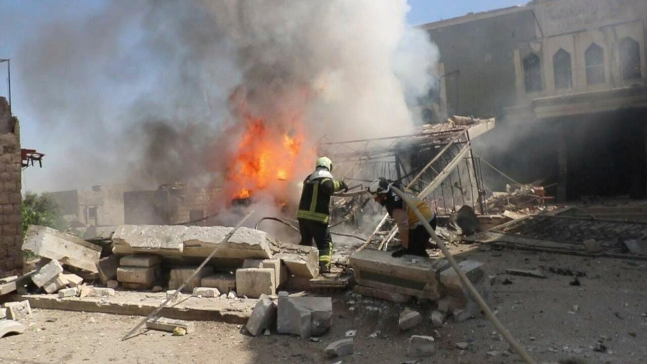 Det brenner i byen Kfar Nubul sør i Idlib etter et flyangrep 28. mai. Bildet er tatt av organisasjonen Syriske hvite hjelmer, en sivilforsvarsstyrke i opprørskontrollerte områder. Foto: AP / NTB scanpix