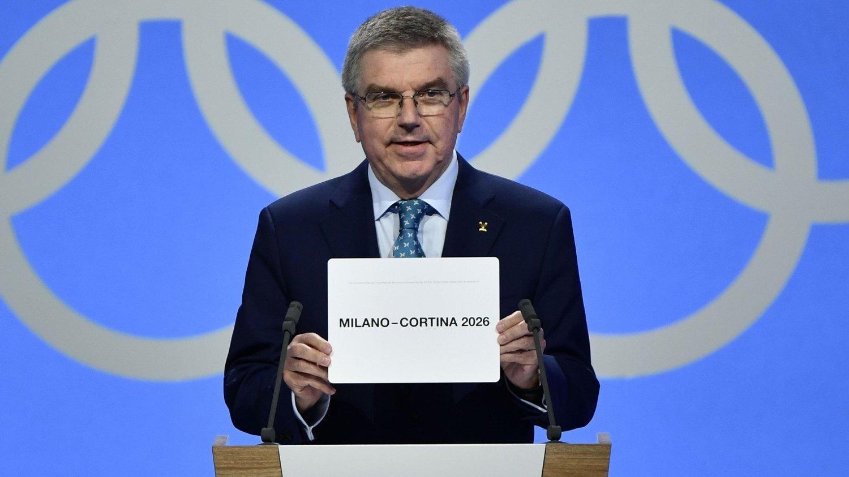 VINNEREN: IOC-president Thomas Bach viser kortet med Milano/Cortina på som vinneren av vinter-OL i 2026.