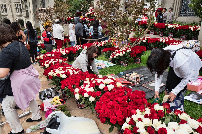 Michael Jackson-fans samlet seg tirsdag for å legge ned blomster, bilder og andre gjenstander for å ære den avdøde sangeren. Foto: AP / NTB scanpix