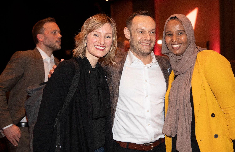 Marian Abdi Hussein er historiens første stortingsrepresentant på talerstolen iført hijab. Her er hun sammen med Inga Marthe Thorkildsen og Torgeir Knag Fylkesnes under SVs landsmøte på Gardermoen tidligere i år.