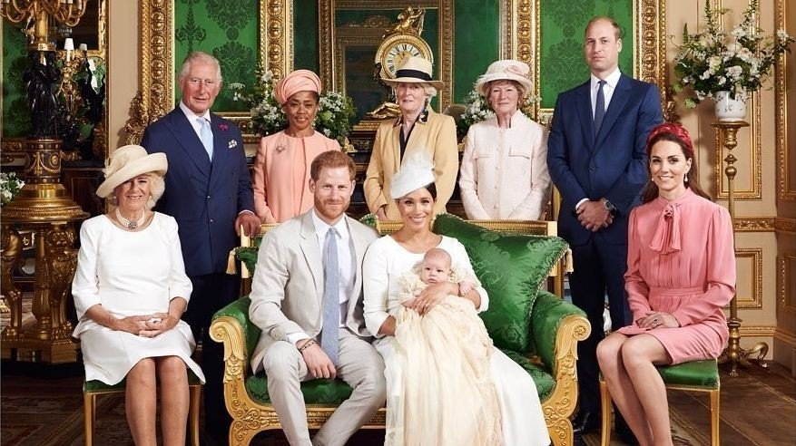 MANGLER FAMILIEMEDLEMMER: På det helt ferske familiebilde til den britiske kongefamilien mangler det flere viktige personer.