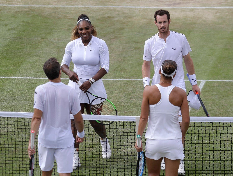 Serena Williams og Andy Murray måtte gratulere Bruno Soares og Nicole Melichar med seier etter onsdagens 3.-rundekamp i mixed double i Wimbledon-turneringen. Foto: Kirsty Wigglesworth, AP / NTB scanpix