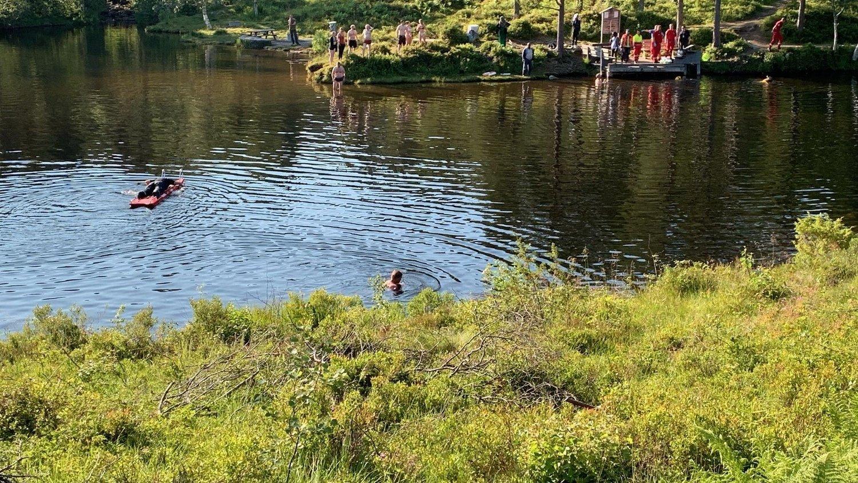 BADEULYKKE: To barn havnet under vannet i Fjellbrudammen utenfor Molde. Et av barna er brakt til St. Olavs hospital i Trondheim. Barnet som hadde kommet seg på land, var bevisst og er brakt til Molde sykehus.