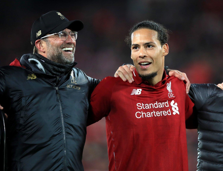 GLADE DAGER: Liverpool-manager Jürgen Klopp og stopperbauta Virgil van Dijk fikk endelig en tittel å feire med triumfen i Champions League sist sesong. Med suksess blir man kjapt mer etterspurt andre steder.