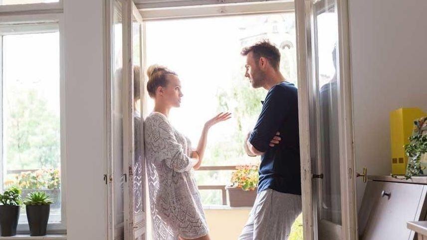 ANSVARSFORDELING: Det er som regel kvinnen som føler hun har det overordnede ansvaret for hus og hjem, sier ekspertene. Hvorfor er det slik? Og gitt at man ønsker en jevnere fordeling, hvordan går man frem?