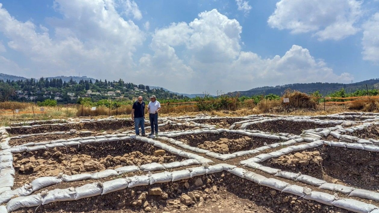 GRAVER UT: Bare noen centimeter under overflaten, lå den flere tusen år gamle byen.