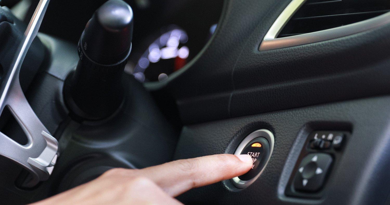 ENKELT: Er du først inne i en nøkkelløs bil, er det bare å trykke på knappen og kjøre avgårde.