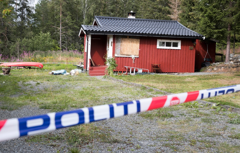 Politiet skjøt og drepte en mann i 60 årene på Jaren mandag kveld. Tirsdag ettermiddag hadde politiet forlatt åstedet etter undersøkelsen. Mannen hadde forskanset seg i sin egen bolig og nektet å snakke med politiet. Foto: Terje Pedersen / NTB scanpix