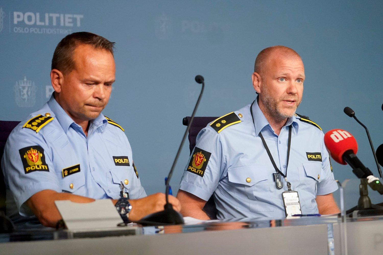 Politiinspektør Jan Eirik Thomassen (t.v.) og seksjonssjef Rune Skjold ved Oslo politidistrikt under en pressekonferanse lørdag. Foto: Fredrik Hagen / NTB scanpix