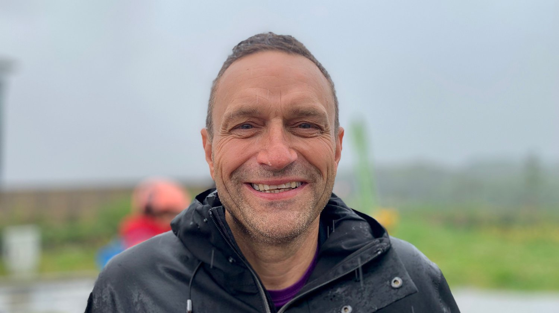 OLJE-NEI: I pøsregnet i oljehovedstaden Stavanger understreker Arild Hermstad (MDG) at miljøpartiet er oljearbeidernes venn, og at Norge derfor må få på plass en oljesluttkommisjon etter modell fra den tyske kullkommisjonen.