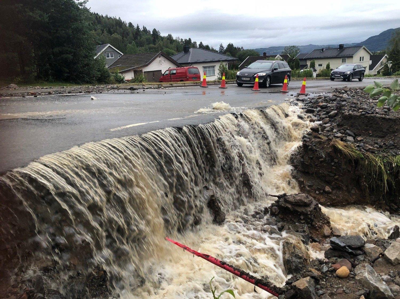 ØDELA VEIER: Store nedbørsmengder førte til flom og oversvømmelse i Brumunddal natt til tirsdag. Bildet er fra Nordåsvegen.