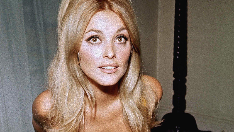 Sharon Tate hadde det meste. Hun var den fødte skjønnhet, jobbet som skuespiller, var gift med en av Hollywoods mest talentfulle regissører og ventet barn. For femti år siden ble hun brutalt drept sammen med fire andre av tilhengerne til den beryktede Charles Manson.