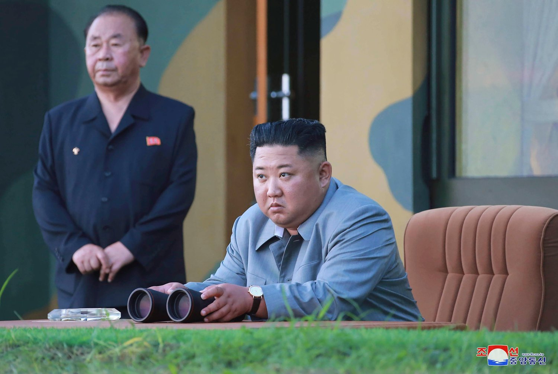 Nord-Koreas leder Kim Jong Un fotografert 25. juli da han observerte en prøveoppskyting. Natt til fredag ble nye raketter sendt opp, ifølge sørkoreanske militære kilder. Foto: KCNA/ AP/ NTB scanpix