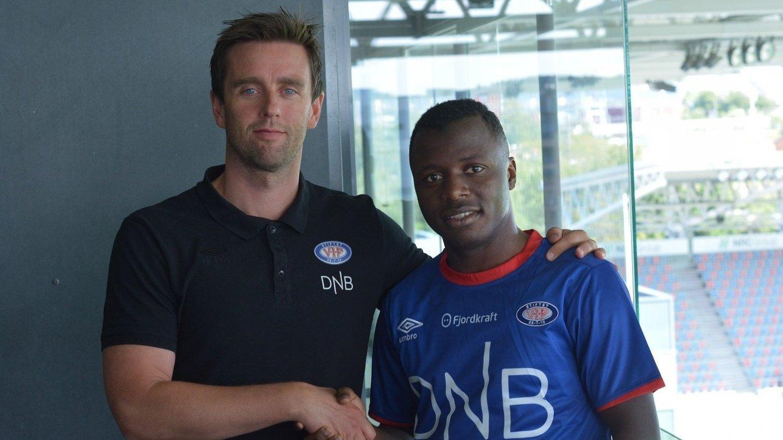 EJUKE_ERSTATTER: Ousmane Camara har signert for Vålerenga. Her sammen med sportssjef Jørgen Ingebrigtsen.