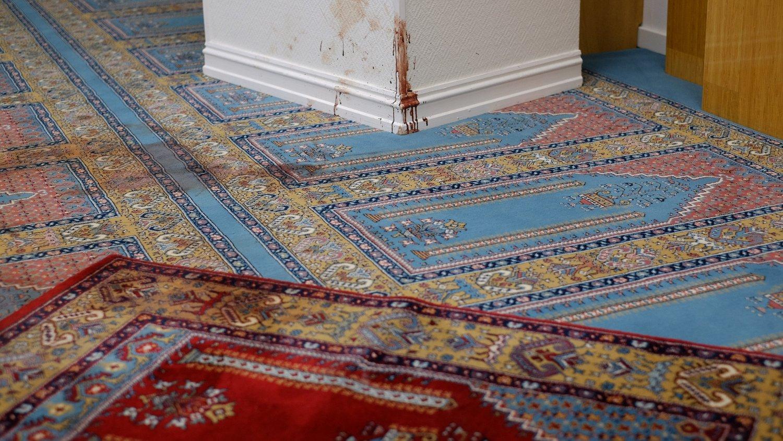 Omvisning i Al-Noor Islamic Centres moské i Bærum en uke etter angrepet som ble stoppet av moskeens medlemmer. Bildet viser blodspor i bønnerommet.