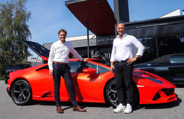 Det tok knapt 13 minutter fra duken ble dratt av, til bilen ble solgt og levert til en lykkelig norsk eier. Det ble med andre ord en hyggelig dag på jobb for selgerne hos Autoxo, Jonas Luden (t.v) og Olav Medhus.