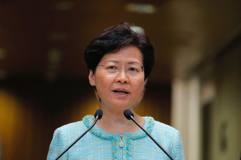 Hongkongs regjeringssjef Carrie Lam sier det skal opprettes en egen gruppe i politiets tilsynsmyndighet som skal se på klagene politiet har fått i forbindelse med demonstrasjonene. Foto: AP / NTB scanpix