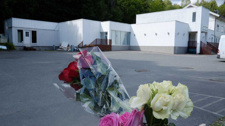 BLOMSTER: Blomster utenfor Al-Noor-moskeen i Bærum etter terrorangrepet 10. august.
