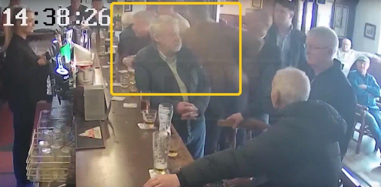 SMELL: Her smeller Conor McGregor til mannen i baren.