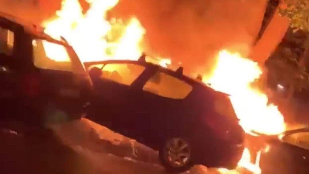 FULL FYR: Oslo 110-sentral opplyser at det var tre biler som sto i brann ved Sofienbergparken.